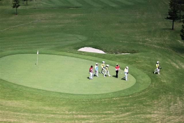 入居者同士でゴルフでも。高級老人ホームならではの光景です。